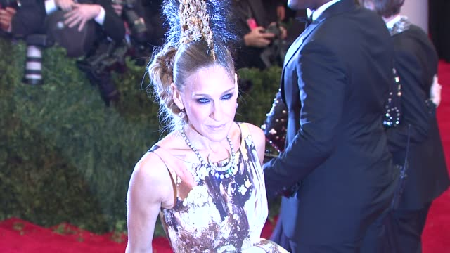 stockvideo's en b-roll-footage met sarah jessica parker at punk chaos to couture costume institute gala at metropolitan museum of art on may 06 2013 in new york new york - sarah jessica parker