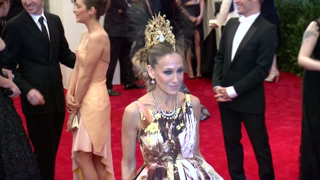 vídeos de stock, filmes e b-roll de sarah jessica parker at punk chaos to couture costume institute gala at metropolitan museum of art on may 06 2013 in new york new york - sarah jessica parker