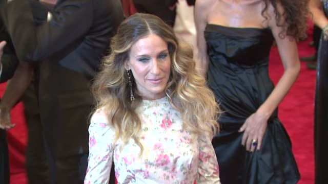 vídeos de stock, filmes e b-roll de sarah jessica parker at schiaparelli and prada impossible conversations costume institute gala at metropolitan museum of art on may 07 2012 in new... - sarah jessica parker