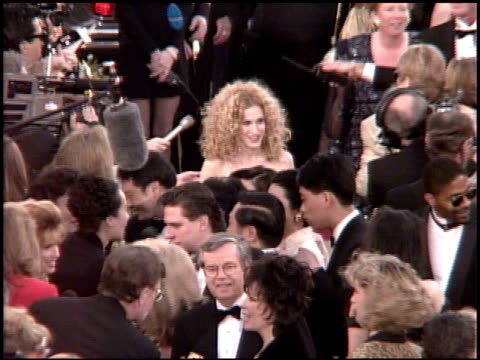 stockvideo's en b-roll-footage met sarah jessica parker at the 1995 academy awards arrivals at the shrine auditorium in los angeles california on march 27 1995 - sarah jessica parker