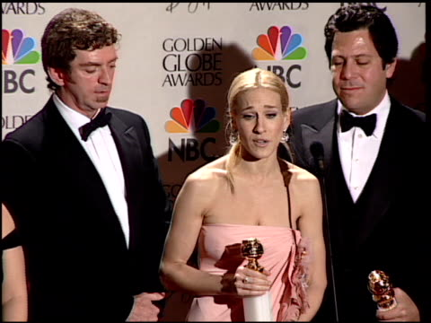 vídeos de stock, filmes e b-roll de sarah jessica parker at the 2001 golden globe awards at the beverly hilton in beverly hills, california on january 21, 2001. - sarah jessica parker