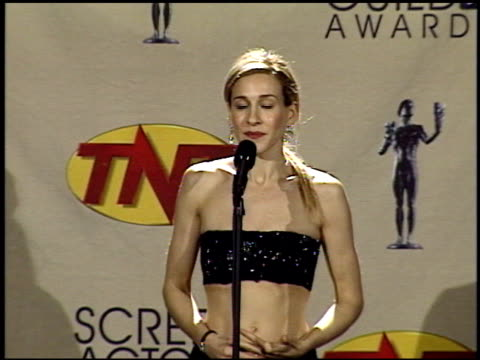 stockvideo's en b-roll-footage met sarah jessica parker at the 2001 screen actors guild sag awards at the shrine auditorium in los angeles california on march 11 2001 - sarah jessica parker