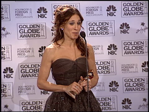 vídeos de stock, filmes e b-roll de sarah jessica parker at the 2004 golden globe awards at the beverly hilton in beverly hills, california on january 25, 2004. - sarah jessica parker