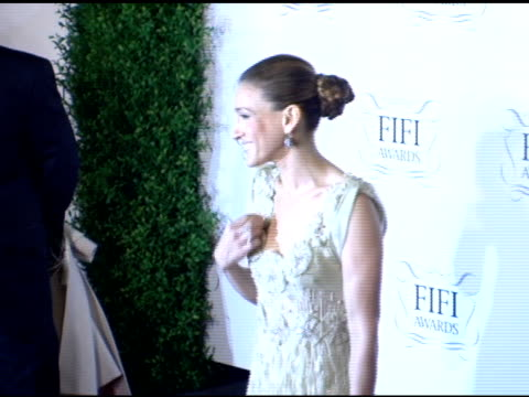 sarah jessica parker at the 34th annual fifi awards presented by the fragrance foundation at the hammerstein ballroom in new york, new york on april... - hammerstein ballroom bildbanksvideor och videomaterial från bakom kulisserna