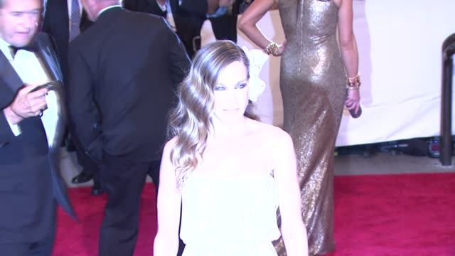 stockvideo's en b-roll-footage met sarah jessica parker at the 'american woman fashioning a national identity' met gala arrivals at new york ny - sarah jessica parker