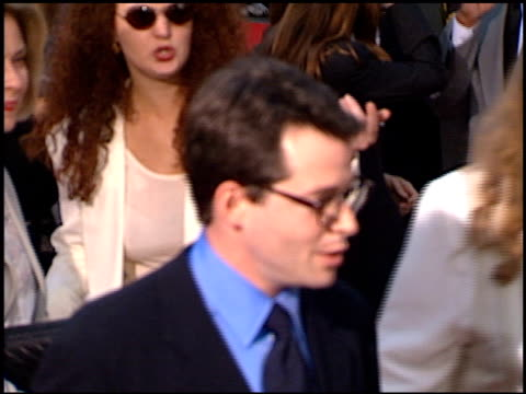 stockvideo's en b-roll-footage met sarah jessica parker at the 'cable guy' premiere at grauman's chinese theatre in hollywood california on june 10 1996 - sarah jessica parker