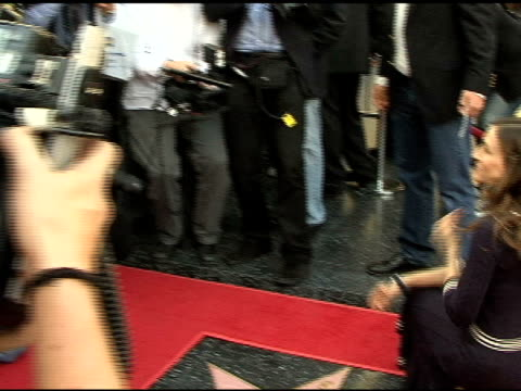 vidéos et rushes de sarah jessica parker at the dedication of matthew broderick and nathan lane's double star on the hollywood walk of fame at hollywood boulevard in... - matthew broderick