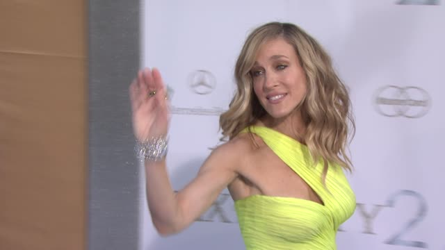 sarah jessica parker at the 'sex and the city 2' new york premiere - arrivals at new york ny. - サラ・ジェシカ・パーカー点の映像素材/bロール