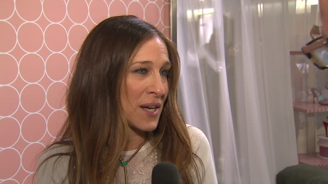 stockvideo's en b-roll-footage met sarah jessica parker attended the release of her new selfnamed shoe line at nordstrom michigan avenue on march 07 2014 in chicago illinois - nordstrom