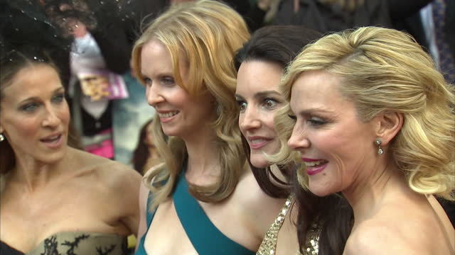 stockvideo's en b-roll-footage met sarah jessica parker cynthia nixon kristen davis and kim cattrall pose together on red carpet sex and the city 2 premiere actors posing at leicester... - sarah jessica parker
