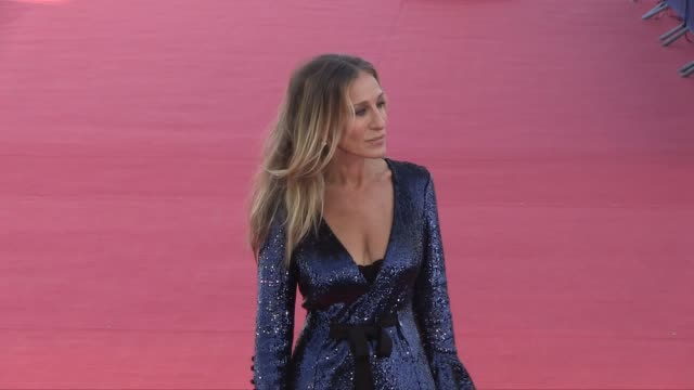 stockvideo's en b-roll-footage met sarah jessica parker honored on the red carpet during the 2018 deauville film festival presenting here and now film deauville france 6th september... - sarah jessica parker