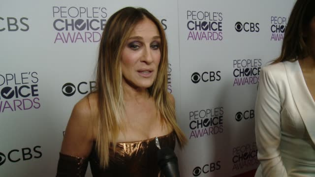 stockvideo's en b-roll-footage met interview sarah jessica parker on her pca win where she is going to keep the award and the most fun part of working on divorce at the people's choice... - sarah jessica parker