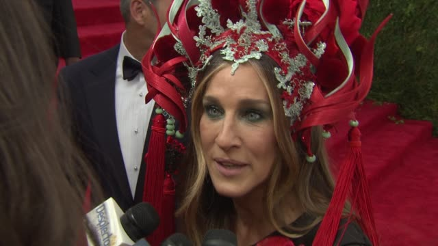 stockvideo's en b-roll-footage met interview sarah jessica parker on who she wants to see tonight at china through the looking glass costume institute benefit gala arrivals at... - sarah jessica parker