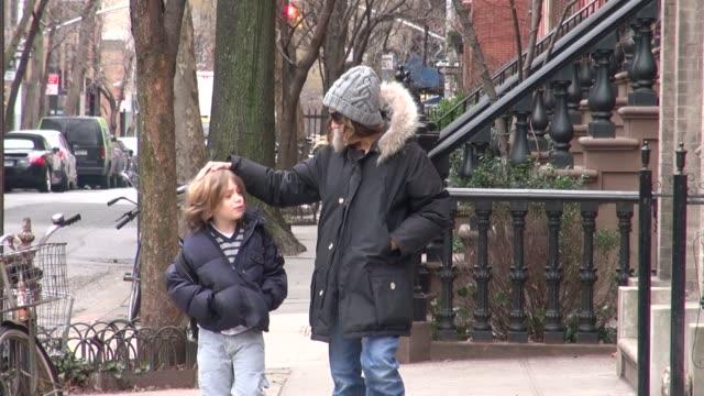 vídeos de stock e filmes b-roll de sarah jessica parker walks her son james wilkie to school 03/02/12 in celebrity sightings in new york - sarah jessica parker