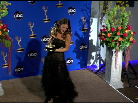 vídeos y material grabado en eventos de stock de sarah jessica parker, winner for outstanding lead actress in a comedy series for 'sex in the city' at the 2004 primetime emmy awards press room at... - premios emmy