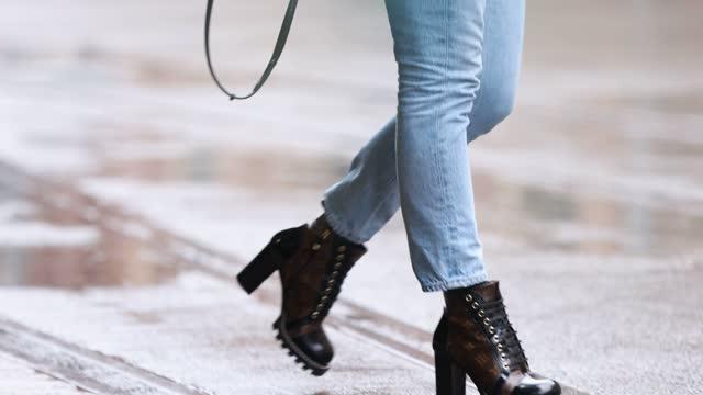 stockvideo's en b-roll-footage met sarah jones wearing louis vuitton bag and shoes, agolde denim, topshop black blazer and prada sunglasses at afterpay australian fashion week 2021 on... - sydney australië