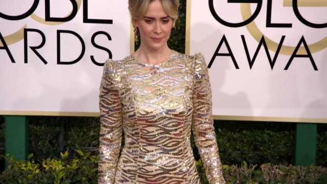 sarah paulson and amanda peet at the 74th annual golden globe awards arrivals at the beverly hilton hotel on january 08 2017 in beverly hills... - ビバリーヒルトンホテル点の映像素材/bロール