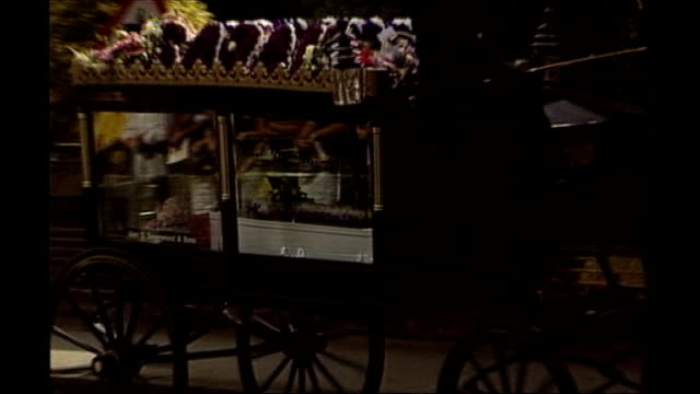 roy whiting's jail term reduced by 10 years tx surrey hersham horse drawn victorian glass sided carriage along carrying sarah's body in white coffin... - 2000 2010 stil bildbanksvideor och videomaterial från bakom kulisserna