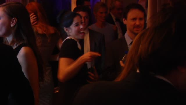 stockvideo's en b-roll-footage met sarah silverman at the 2013 vanity fair oscar party hosted by graydon carter - inside party footage sarah silverman at the 2013 vanity fair oscar... - sarah silverman