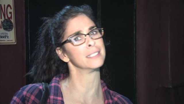stockvideo's en b-roll-footage met sarah silverman jokes with paparazzi as she leaves largo comedy club in hollywood in celebrity sightings in los angeles, - sarah silverman