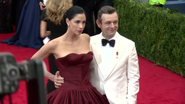 "sarah silverman, michael sheen at james: beyond fashion"" costume institute gala - arrivals at the metropolitan museum on may 05, 2014 in new york... - michael sheen bildbanksvideor och videomaterial från bakom kulisserna"