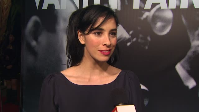 vídeos de stock, filmes e b-roll de sarah silverman on what makes the vanity fair oscar party the party of the year and hosts steve martin and alec baldwin at the 2010 vanity fair oscar... - vanity fair oscar party