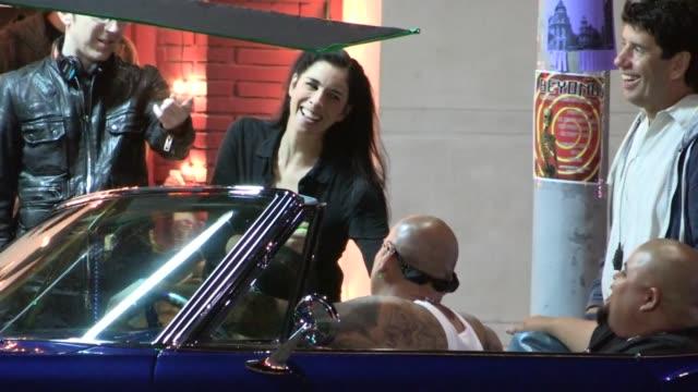 stockvideo's en b-roll-footage met sarah silverman shooting on film set in los angeles, 08/07/13 - sarah silverman