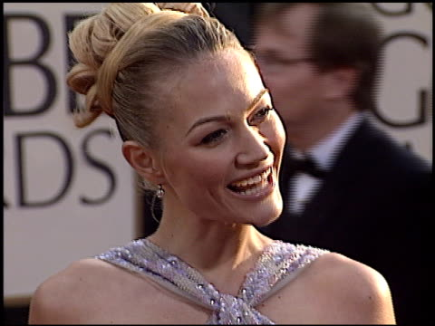 sarah wynter at the 2003 golden globe awards at the beverly hilton in beverly hills, california on january 19, 2003. - サラ ウィンター点の映像素材/bロール