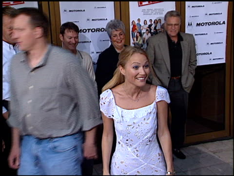 sarah wynter at the 'american pie 2' premiere on august 6, 2001. - サラ ウィンター点の映像素材/bロール