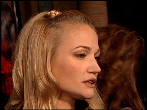 sarah wynter at the 'lost souls' premiere at the egyptian theatre in hollywood, california on october 11, 2000. - サラ ウィンター点の映像素材/bロール