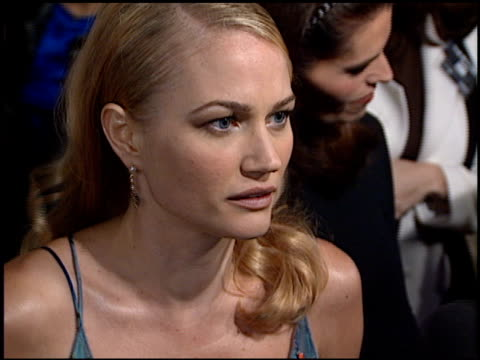 sarah wynter at the premiere of 'the 6th day' on november 13, 2000. - サラ ウィンター点の映像素材/bロール