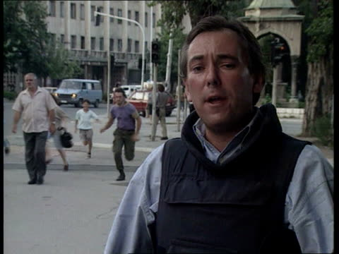 vidéos et rushes de sarajevo ceasefire failing; bosnia lms un soldier on streets as gunfire herzegovina sounds sot sarajevo civilians running for cover ms ditto l-r labv... - bosnie herzégovine