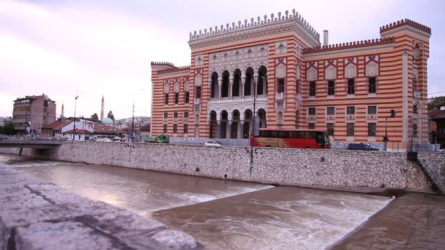stockvideo's en b-roll-footage met sarajevo city hall vijecnica - 1992