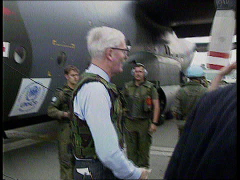 sarajevo: hurd visit; bosnia herzegovina sarajevo cms british foreign sec douglas hurd mp out of supply plane wearing flak jacket l-r and greeted by... - douglas hurd stock-videos und b-roll-filmmaterial