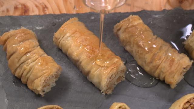vídeos de stock, filmes e b-roll de sare burma dessert - cultura do leste europeu