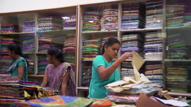 vídeos de stock e filmes b-roll de sari showroom and fabrics shop at kanchipuram, india - oficina
