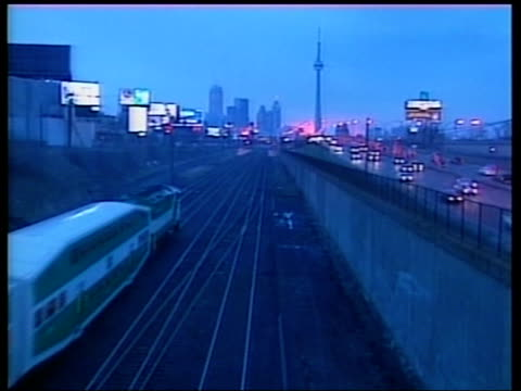 calls for emergency powers to stop spread; itn canada: toronto: ext gvs traffic along road commuters along from train int members of city council... - 重症急性呼吸器症候群点の映像素材/bロール