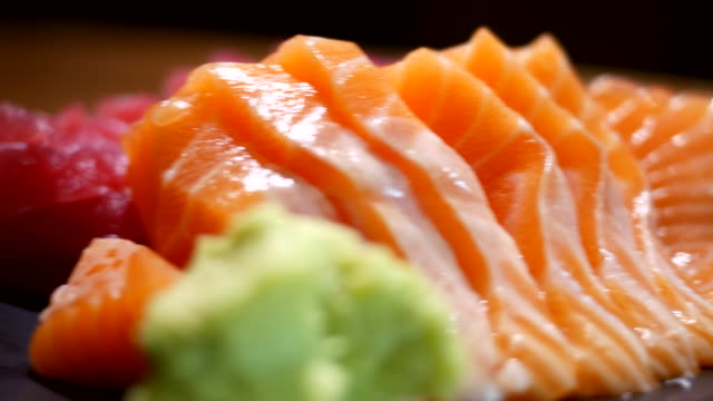 vídeos de stock e filmes b-roll de sashimi comida japonesa - sashimi