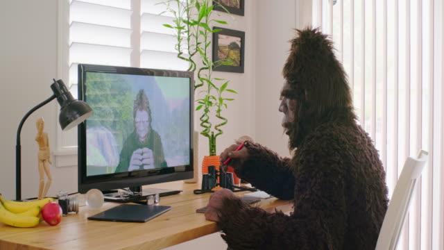 videoconferenza online sasquatch bigfoot - bigfoot video stock e b–roll