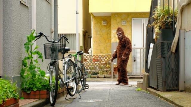 sasquatch in tokyo japan - bigfoot video stock e b–roll