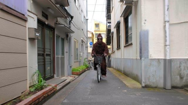 vidéos et rushes de sasquatch à tokyo japon - costume habillé