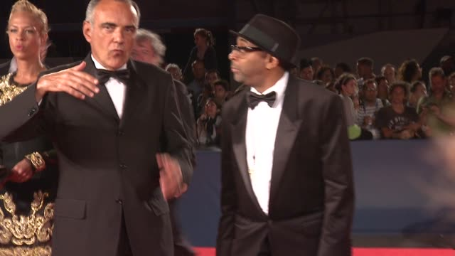 vídeos de stock e filmes b-roll de satchel lee, tonya lewis lee, alberto barbera, jackson lee, spike lee at bad 25 premiere: 69th venice film festival on august 31, 2012 in venice,... - mala de ombro