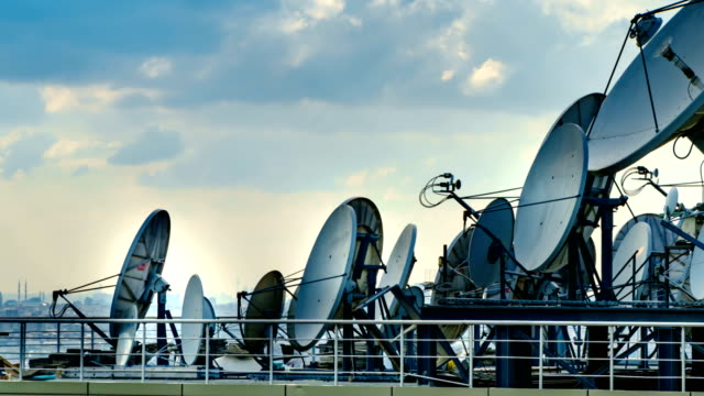 tidsfördröjning för satellit skålen 4k - radio och tv utsändning bildbanksvideor och videomaterial från bakom kulisserna