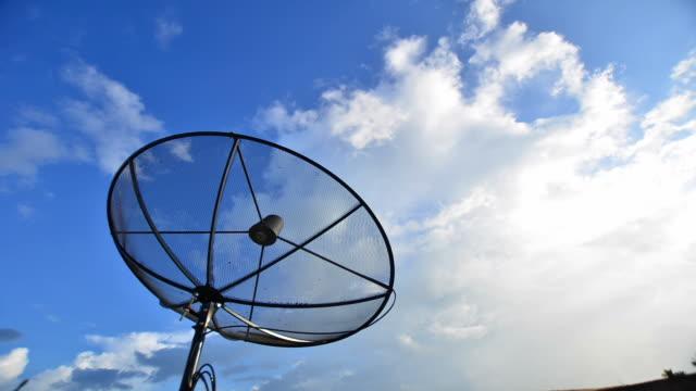 vidéos et rushes de antenne parabolique antennas sous ciel - télévision haute définition