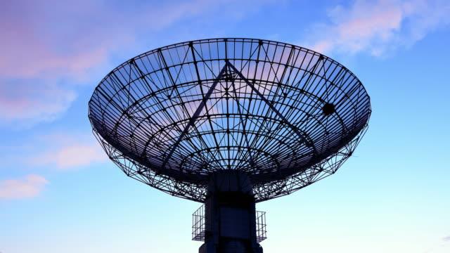 4k: satellite dish communications tower - telescopio astronomico video stock e b–roll