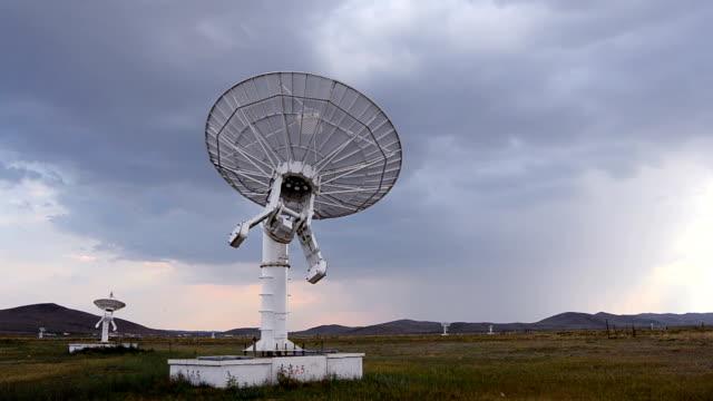 衛星放送受信アンテナ、電波望遠鏡 - テレビ塔点の映像素材/bロール