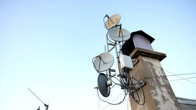 stockvideo's en b-roll-footage met satellietschotels op een schoorsteen - astronomietelescoop