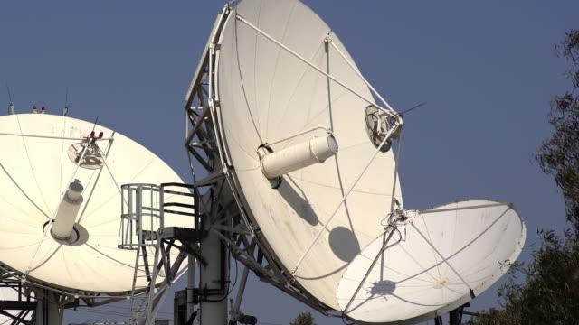 satellite dishes - テレビ塔点の映像素材/bロール