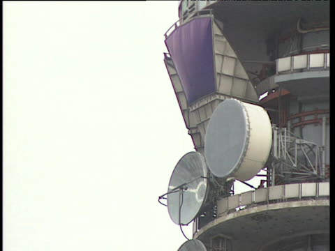 vídeos de stock e filmes b-roll de satellite receivers on the side of the bt tower - bt tower londres