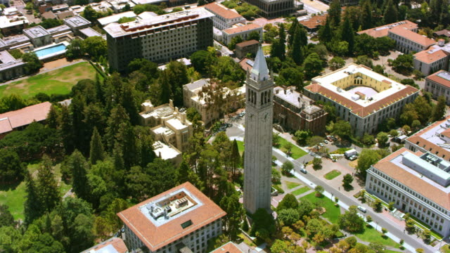 aerial sather tower and the campus of university of california, berkeley - città universitaria video stock e b–roll